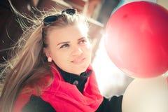Красивая женщина с красочными воздушными шарами стоковая фотография rf