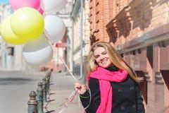 Красивая женщина с красочными воздушными шарами стоковые изображения