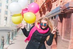 Красивая женщина с красочными воздушными шарами стоковое изображение rf