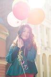 Красивая женщина с красочными воздушными шарами стоковое фото rf