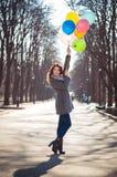 Красивая женщина с красочным парком воздушных шаров весной стоковая фотография rf