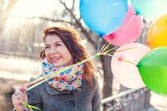Красивая женщина с красочным парком воздушных шаров весной стоковое изображение rf