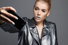 Красивая женщина с кристаллами на губах делая selfie Стоковое Изображение