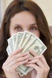 Красивая женщина с наличными деньгами Стоковые Фото