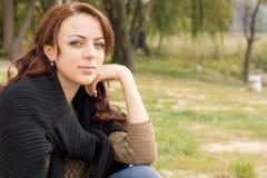 Красивая женщина с довольной улыбкой Стоковые Изображения