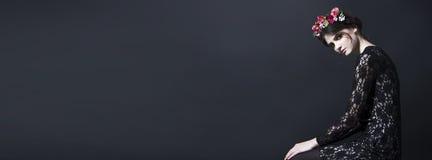 Красивая женщина с оправой цветка на голове в платье шнурка Стоковая Фотография