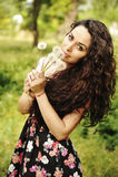 Красивая женщина с одуванчиком Стоковое фото RF