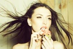 Красивая женщина с пирожным стоковое изображение