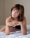 Красивая женщина с покрашенными ногтями Стоковые Фото