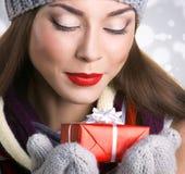 Красивая женщина с подарком Стоковая Фотография RF