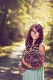 Красивая женщина с полевыми цветками Стоковое Изображение