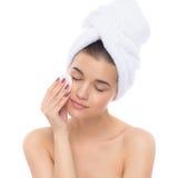 Красивая женщина с полотенцем на его голове Извлекать состав стоковая фотография