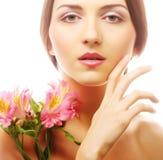 Красивая женщина с розовыми цветками стоковая фотография rf
