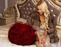 Красивая женщина с светлыми волосами в роскошных одеждах представляя с Стоковые Фотографии RF