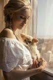 Красивая женщина с светлыми волосами с милой маленькой собакой Стоковое фото RF