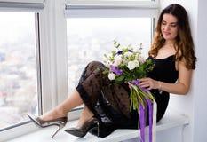 Красивая женщина с симпатичным букетом Стоковые Изображения