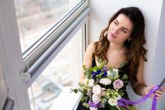 Красивая женщина с симпатичным букетом Стоковое Фото