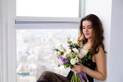 Красивая женщина с симпатичным букетом Стоковое фото RF