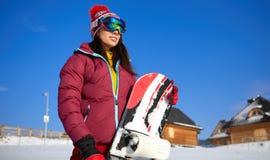 Красивая женщина с сноубордом изолированная принципиальной схемой белизна спорта Стоковое фото RF