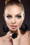 Красивая женщина с совершенной кожей и handmade еврейство Стоковая Фотография