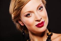 Красивая женщина с совершенным составом и роскошными аксессуарами Стоковые Фотографии RF