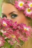 Красивая женщина с составом и цветками Стоковая Фотография RF