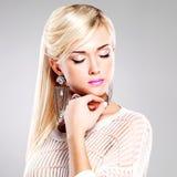 Красивая женщина с составом моды и длинними белыми волосами Стоковое Фото