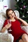 Красивая женщина с стеклом шампанского в руке Стоковые Фото
