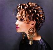 Красивая женщина с стилем причёсок моды и розовым составом стоковое изображение