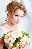 Красивая женщина с стильными составом и hairdo стоковое фото rf