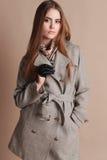 Красивая женщина с темными волосами в элегантных шерстях покрывает Стоковое фото RF