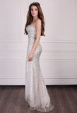 Красивая женщина с темными волосами носит элегантное платье и драгоценную крону Стоковые Изображения RF