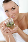 Красивая женщина с травяным чаем Стоковые Изображения