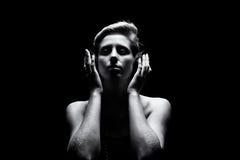 Красивая женщина слушая к музыке Стоковые Изображения