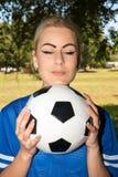 Красивая женщина с футбольным мячом Стоковое Изображение