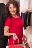 Красивая женщина с хозяйственными сумками в торговом центре Стоковые Фото