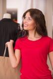 Красивая женщина с хозяйственными сумками в торговом центре Стоковое Изображение RF