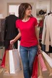 Красивая женщина с хозяйственными сумками в торговом центре Стоковая Фотография RF