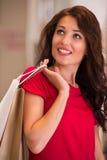 Красивая женщина с хозяйственными сумками в торговом центре Стоковое Изображение