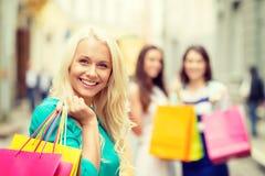 Красивая женщина с хозяйственными сумками в ctiy Стоковая Фотография RF