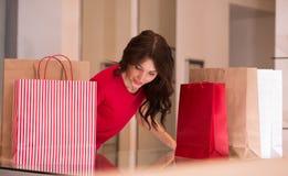Красивая женщина с хозяйственными сумками на магазине Стоковая Фотография RF