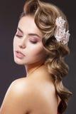 Красивая женщина с цветками на ее голове Стоковая Фотография RF