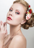 Красивая женщина с цветками на ее голове Стоковое фото RF