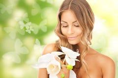 Красивая женщина с цветком и бабочками орхидеи Стоковые Фотографии RF