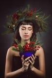 Красивая женщина с чашкой полной ягод Стоковое Изображение