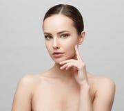 Красивая женщина с чистой свежей кожей Стоковые Фотографии RF