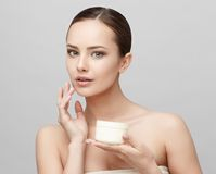 Красивая женщина с чистой свежей кожей Стоковое Изображение RF