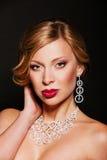 Красивая женщина с ювелирными изделиями совершенного состава нося Стоковые Фотографии RF