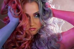 Красивая женщина с яркими волосами Картина тела и яркая расцветка волос Стоковое Фото