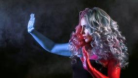 Красивая женщина с яркими волосами Картина тела и яркая расцветка волос Стоковые Фото